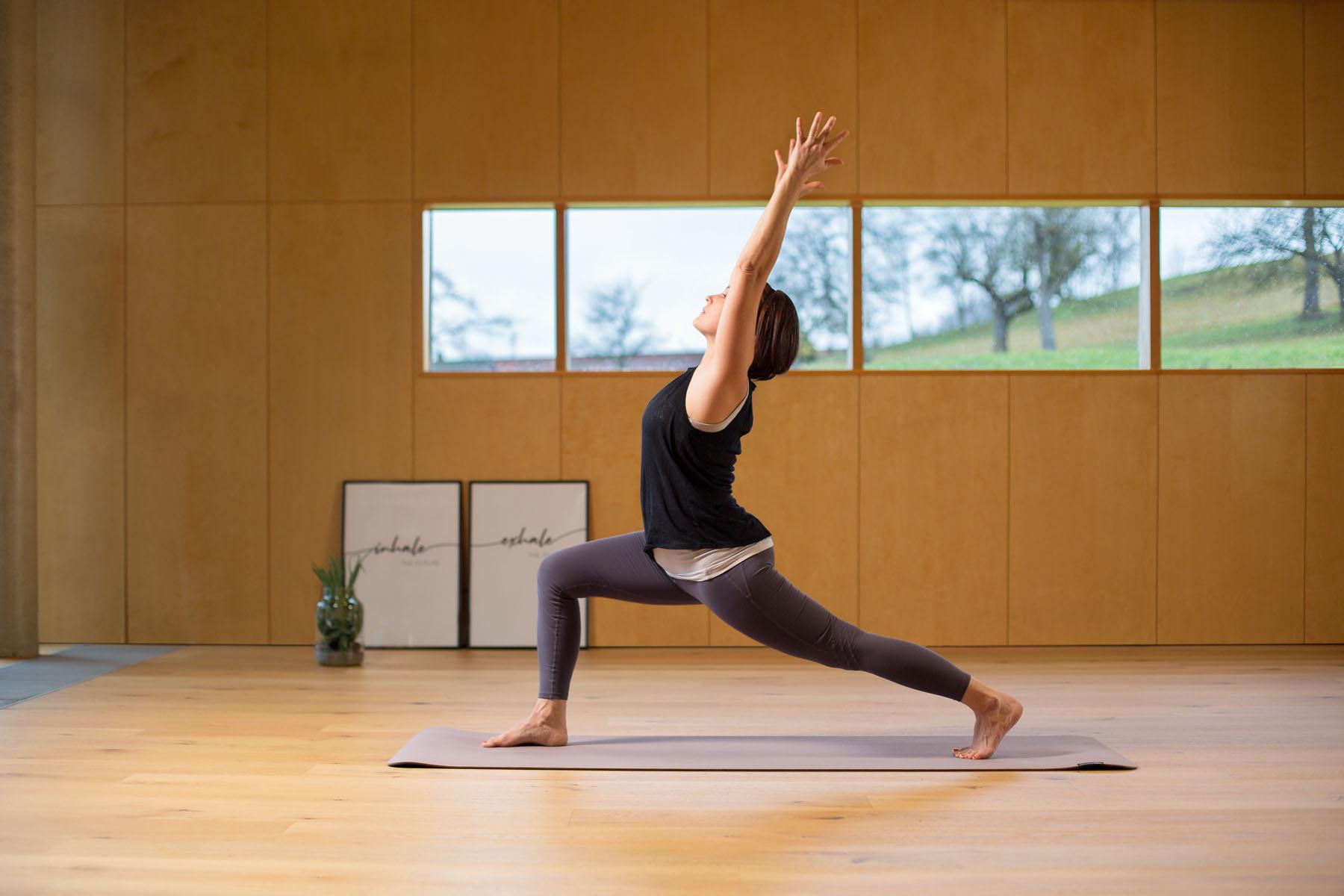 Yoga und Wildkräutern Heldenhaltung Virabhadrasana 1 Krieger 1 Balance Kraft Willensstärke Heldenhaltung