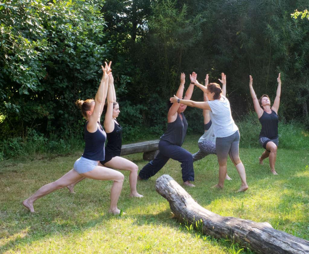 Yoga Kreiger 1 draußen Sommer gesund frische Luft Anleitung Hilfe