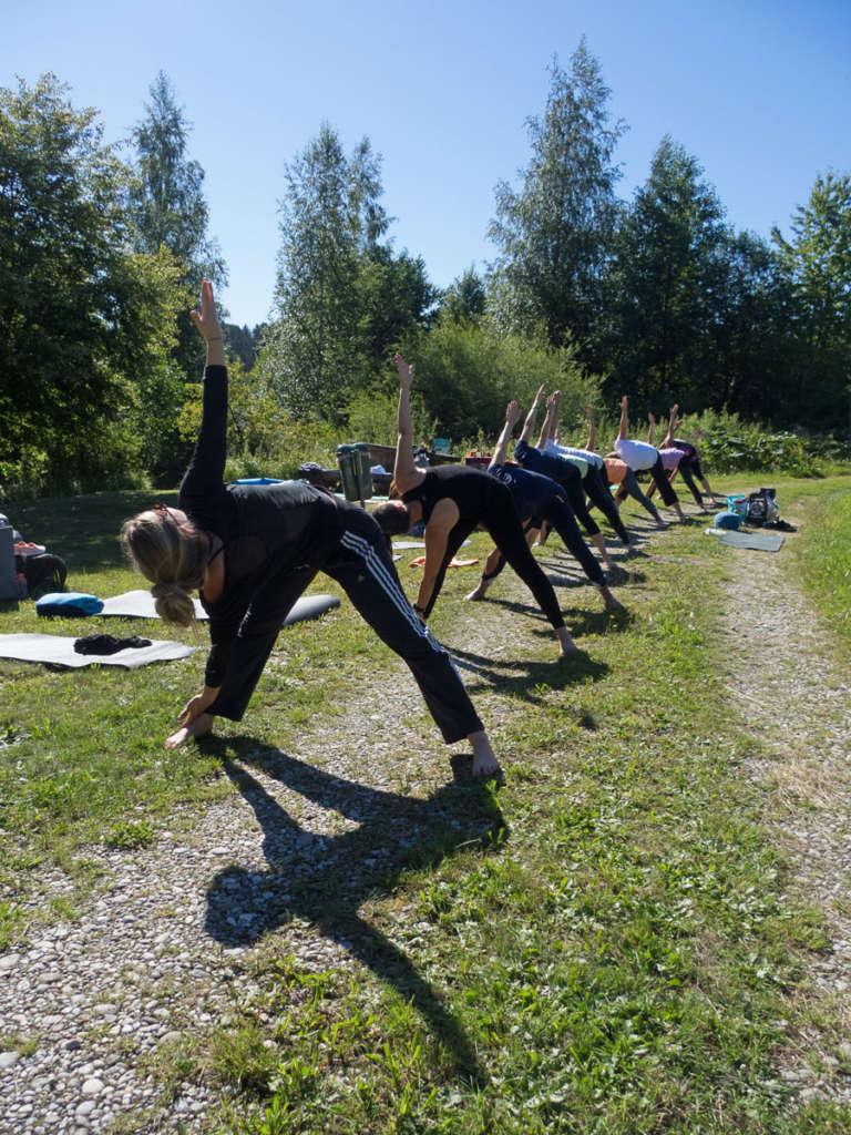 Yoga draußen Sommer gesund Sonne frische Luft Utthita Trikonasana Dreieck