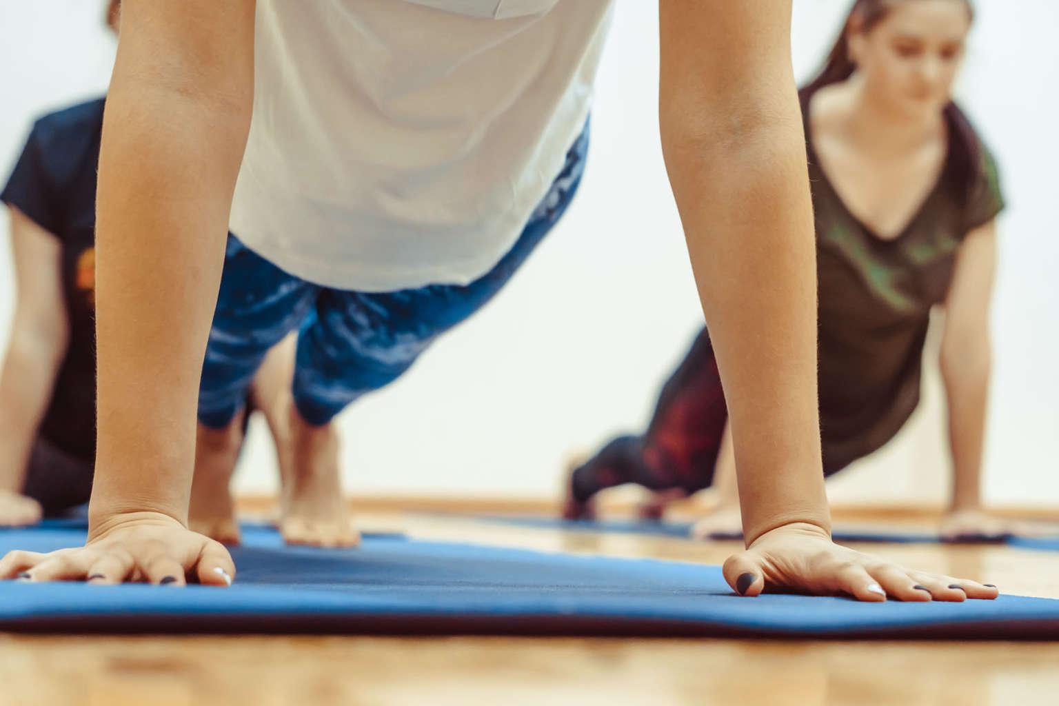 Frauen in Plank auf Yogamatte Yoga für Einsteiger Kirchheim