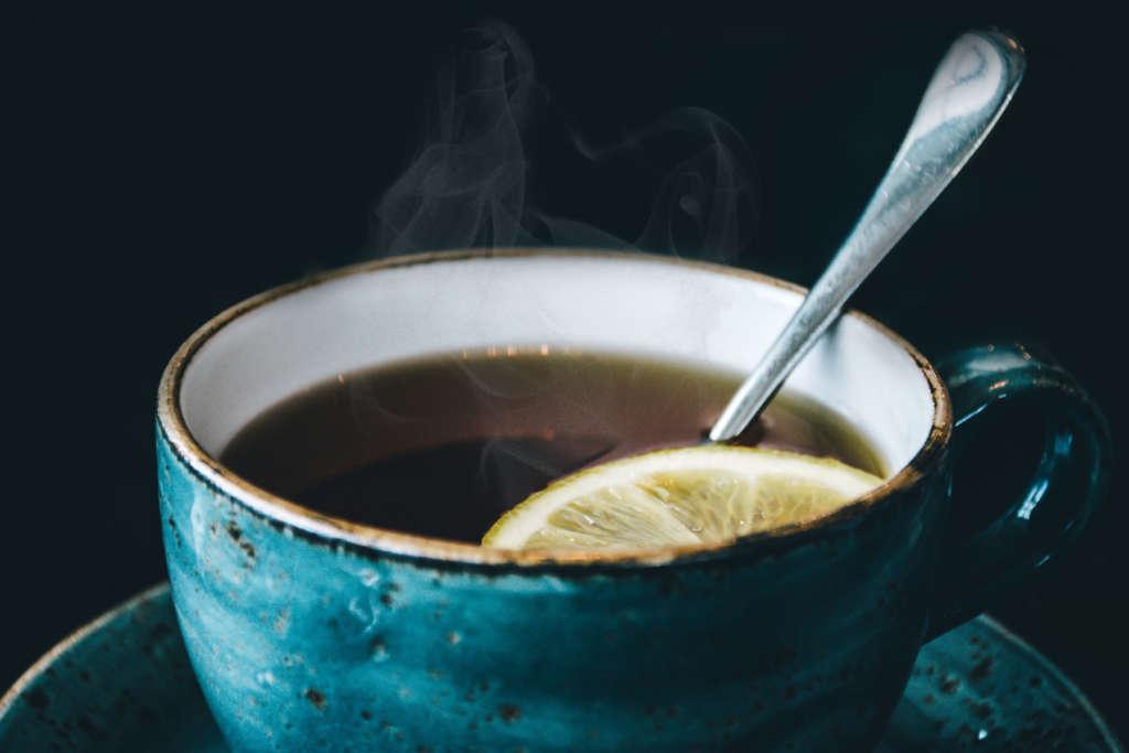 blaue Tasse mit Tee mit Zitrone